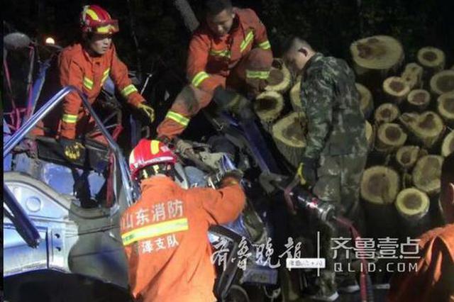 凌晨俩货车迎面相撞 菏泽消防展开生死营救
