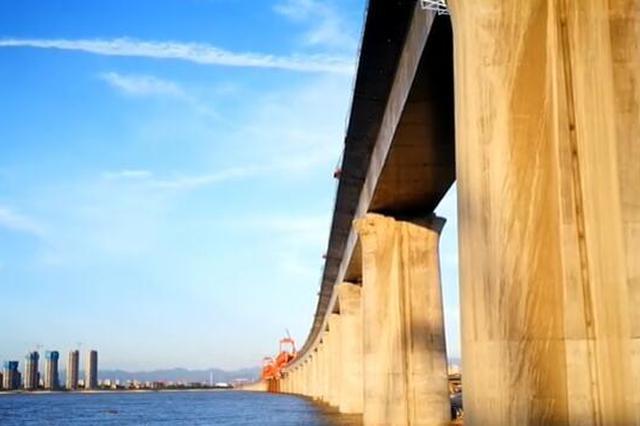 山东最长跨海铁路大桥合龙 青岛动车飞起来