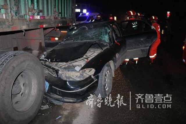 日照一轿车撞上停靠路边的货车 母女俩别困车中