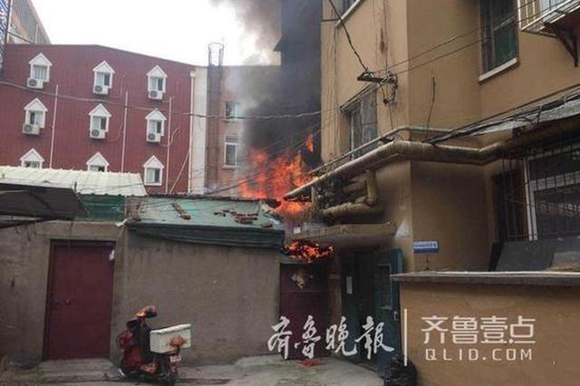 济南居民楼着火 邻居齐心协力将病重老人救出