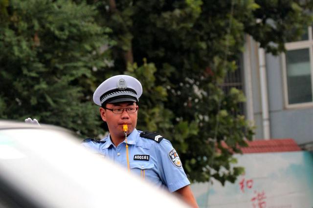 """济南""""交警踹人""""事件通报:辅警态度恶劣行为粗暴"""