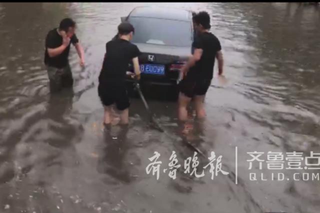"""狂风暴雨突袭 90后胶州小伙""""救""""下7辆抛锚车"""
