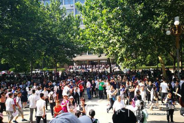 山财综招校园被家长和考生占满 3200人争120个名额