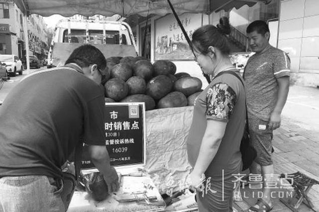 黄河北夫妻俩进城卖瓜 吃住在车上 就怕天不热