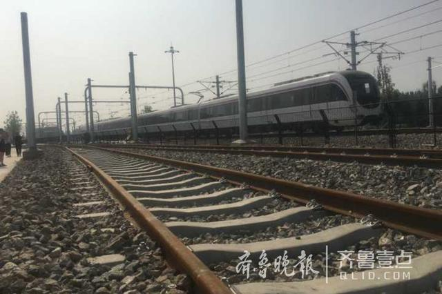 济南地铁R1首列车正线试跑 进行时速100公里高速试验