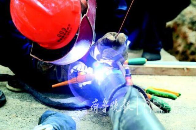 济南天然气管道改造现场:工人入伏日穿4套衣服焊管道