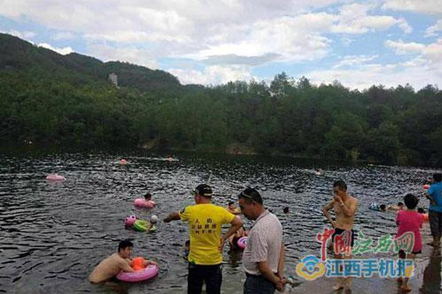 他们挽救了12条生命 志愿者守护游泳群众安全