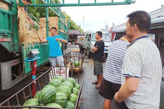 """探访青岛西瓜市场:东北西瓜""""霸市"""" 可以吃到十月一"""