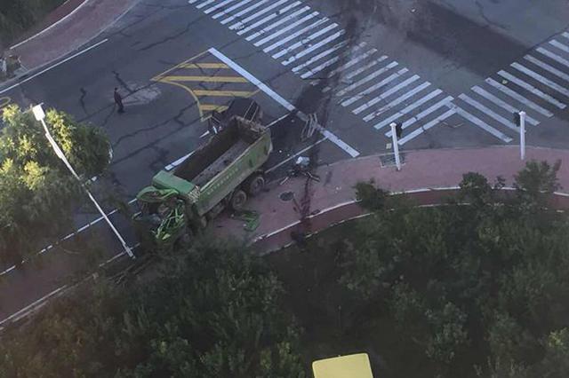 翻斗车与公交相撞致2死 事发路段信号灯常失灵