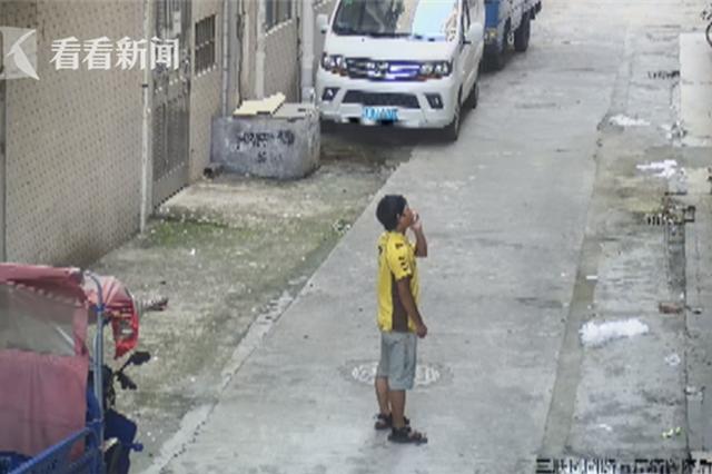 男婴阳台玩耍遇险 坠楼瞬间被外卖小哥接住(图)