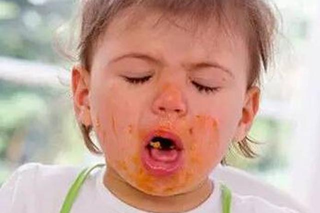 奶奶给9个月大孩子喂食馍块 卡在喉咙险丧命
