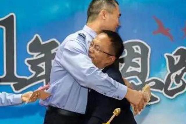 民警500元资助贫困学生 21年后受助者找到他致谢