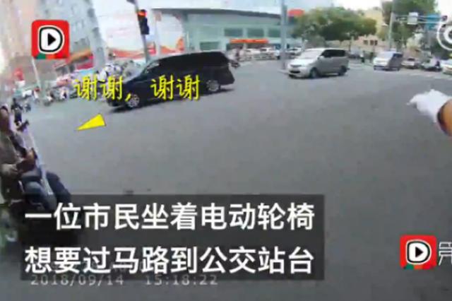 济南:残疾人过路口遇红灯,辅警举手之劳获赞