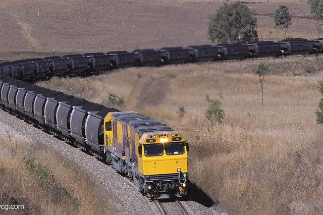 """团伙7人""""组团""""从运煤火车上盗煤 3个月盗1700吨"""