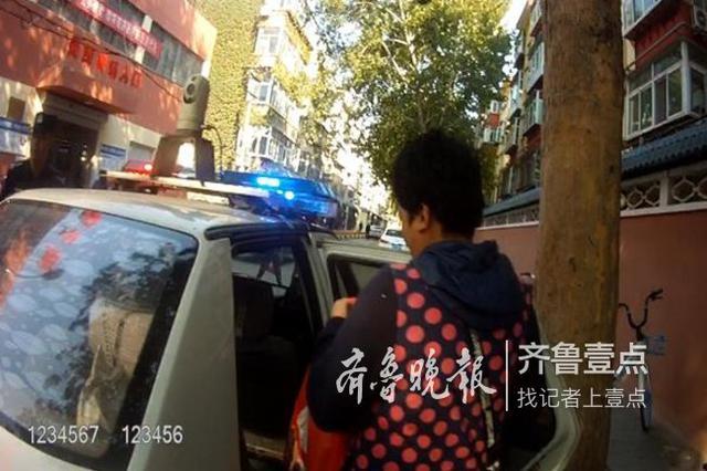 女子路边徘徊回不了家 济南一巡警妥善安置联系家人