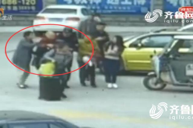 济宁85岁老人车站前突然晕倒 特警搭人轿暖心护送