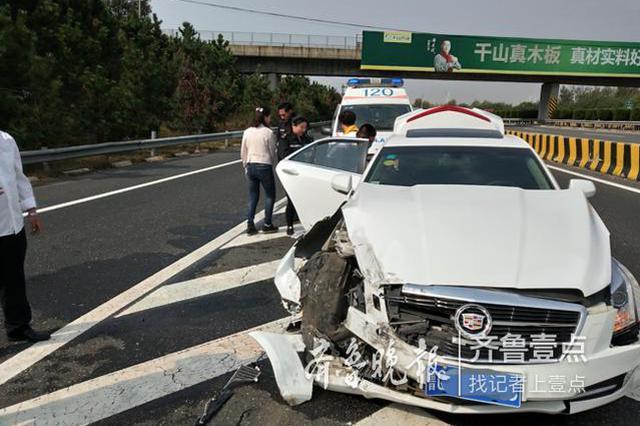 济青高速南线上走错路口慌忙变道 男子开车撞上隔离墩