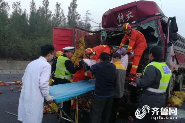 泰安:高速上两货车追尾司机被困 车头严重变形
