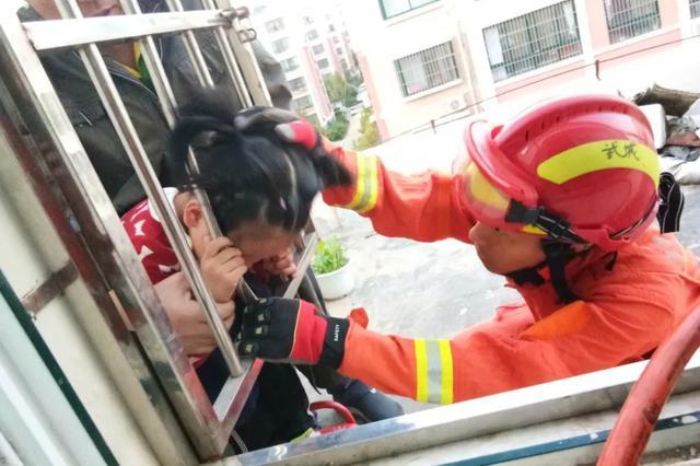 独自在家,德州5岁女童头被防盗窗卡住 消防紧急施救