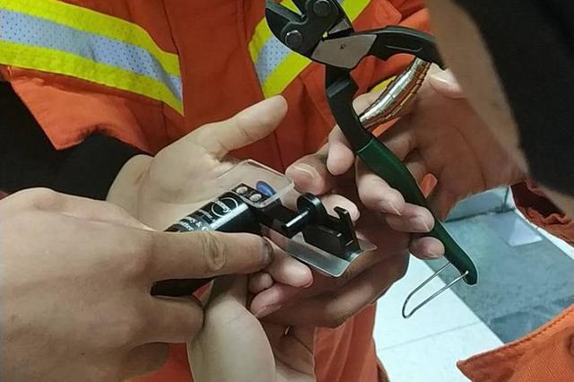 泰安某医院急诊室一女子手指被戒指卡住 消防帮取下
