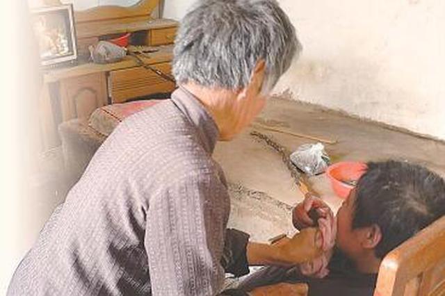 这个婆婆真好 把瘫痪前儿媳当亲闺女 照顾了15年