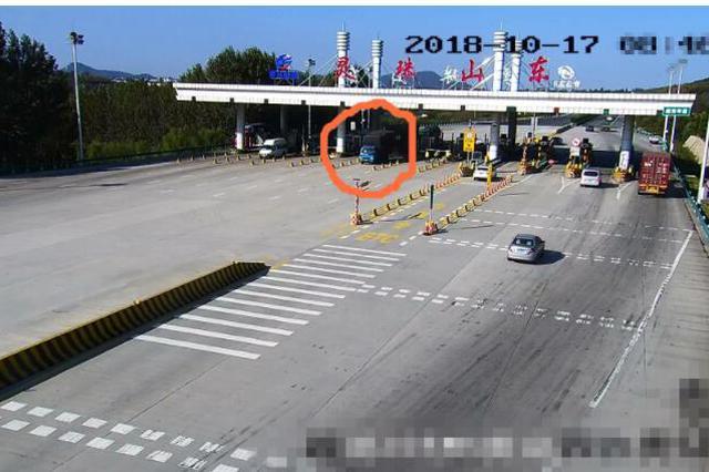 青岛高速公路上货车闹悬 刹车失灵5公里一路猛冲