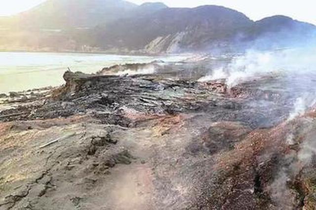 福建漳州一海滩现罕见自燃现象 大雨浇不灭