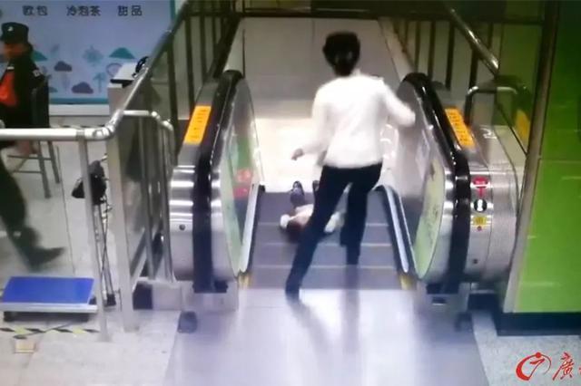 差1秒男童即从电梯坠落 小姐姐一个冲刺抱起了他