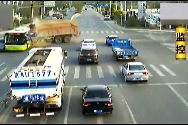 广州从化一货车闯红灯撞上小轿车 车内民警1死1伤