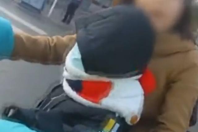 女子骑电动载双胞胎闯红灯被拦 不顾提醒撕扯冲撞怼民警