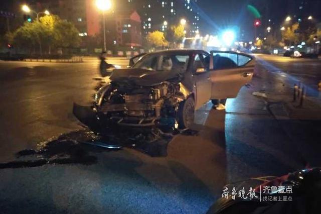 济南阳光新路发生一起车祸,车头撞损无人受伤