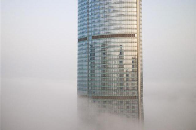 """烟台""""雾""""入仙境 城市建筑在雾中时隐时现"""