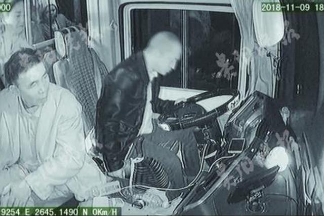 司机突发脑梗奋力踩刹车 将载34人的车停稳后去世