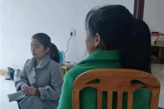 女教师带病母上课:她就像儿时的我 我不会抛弃她
