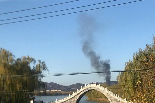 北京颐和园附近起火 升起浓浓黑烟
