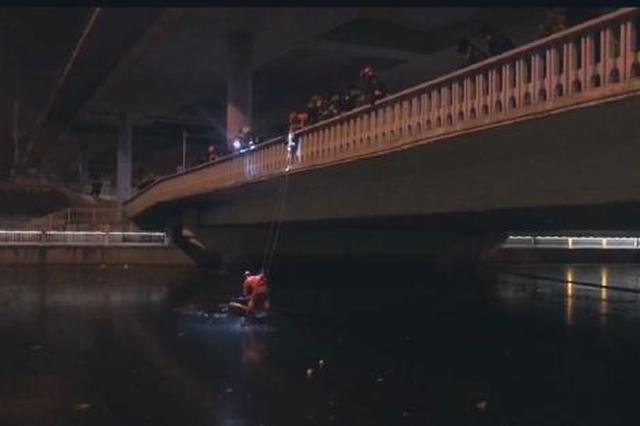 北京一男子酒后玉蜓桥落水 消防员降落冰面救援