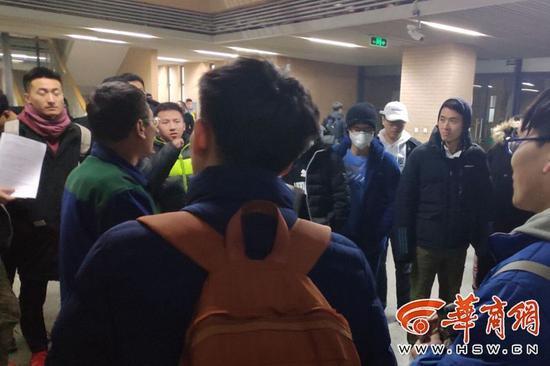 学生考研复习离开晚 楼管大叔延时锁门遭开除