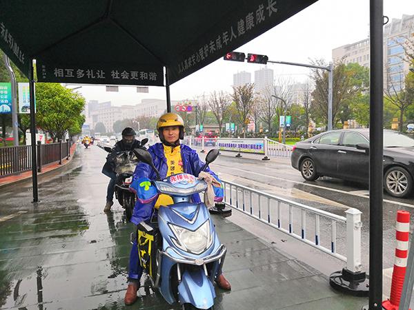 浙江金华成立外卖骑手党支部 小哥以党员身份送餐