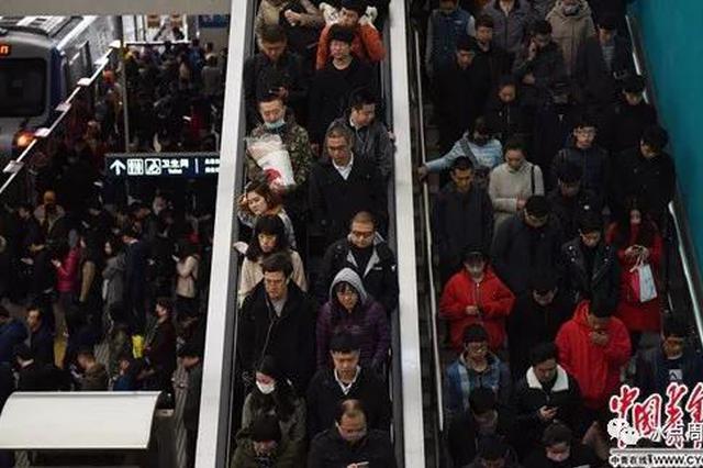 """北京地铁的早晚高峰:地铁开门就像""""哗""""地吐了"""