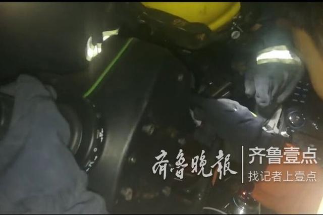 凌晨这辆轿车济南街头突然失控冲向路边 一男子被困