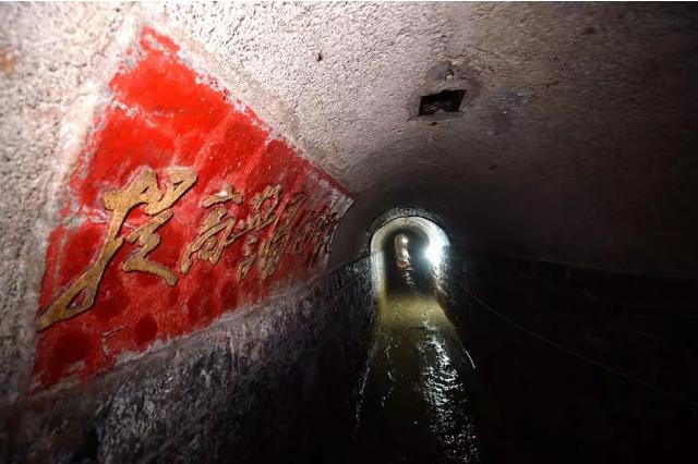 济南繁华路段防空洞清淤 神秘入口藏在路边小店