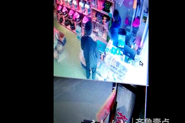 济南男子向多家店铺换假钞行骗 身后监控揭秘套路