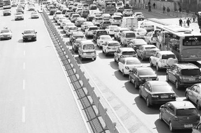 济南经十路山师东路禁左首日 直行通畅待诊车辆仍堵