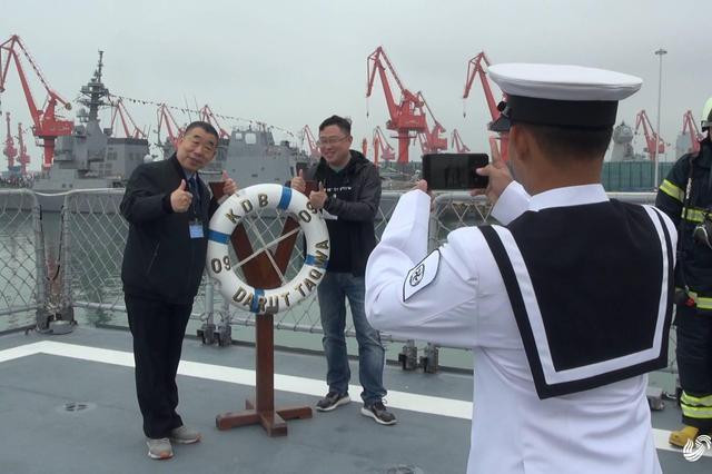 与现役军舰接触?#33322;?#33351;开放日多国海军舰艇向公众开放