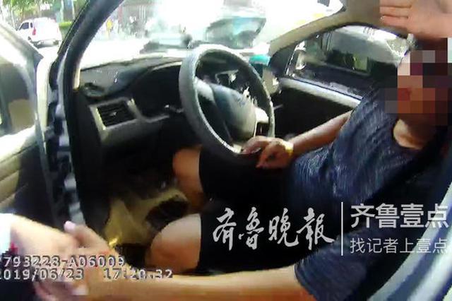 酷暑难当 面包车司机中暑突然晕倒 交警果断破窗相救