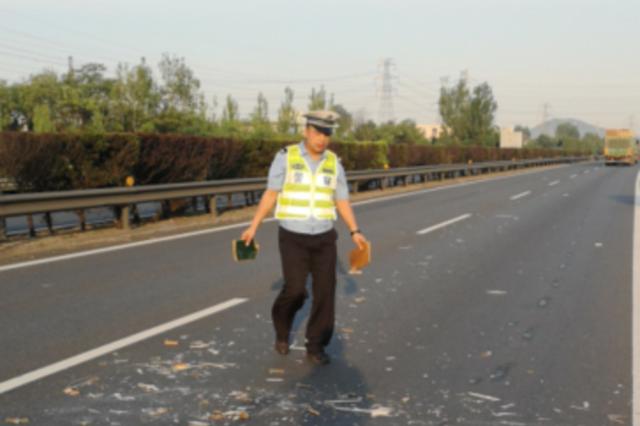 泰安高速交警徒手清理路面障碍物 消除公路安全隐患