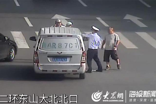 硬核交警 济南一司机车内中暑晕倒 他徒手破窗救人