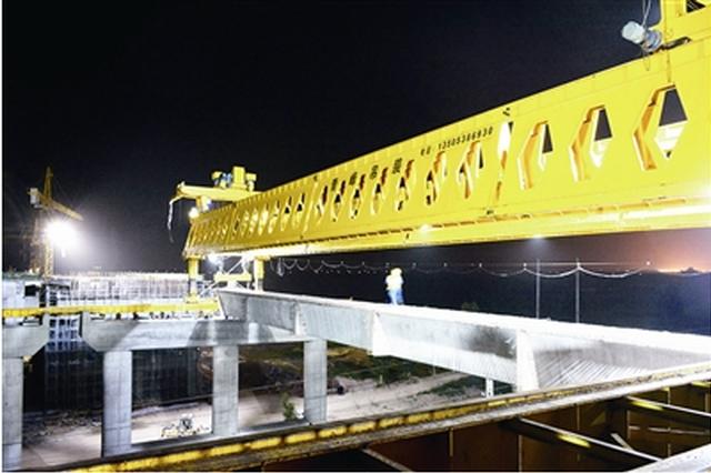 ▲跨胶济铁路桥预制箱梁架设完成。傅学军 摄