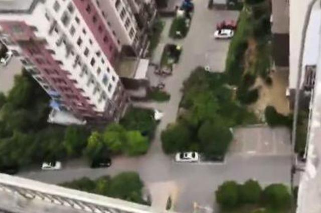 13岁男孩从24楼跳到23楼捡球 被困平台上不来