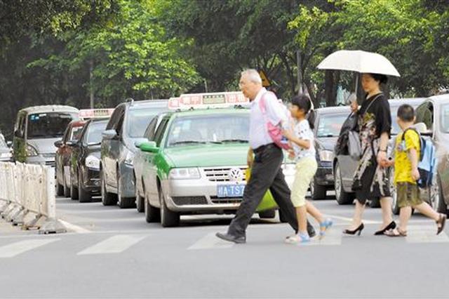 济宁太白湖新区不礼让行人 违停 26辆车牌号被曝光
